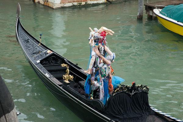 Performance de Raphaëlle de Groot à la Biennale d'art de Venise © : Raphaëlle de Groot et Galerie de l'UQAM Photo : Gwenaël Bélanger